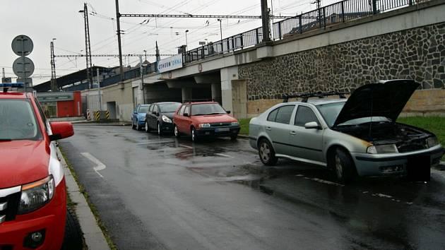 Automobilu začal v Přístavní ulici v Ústí nad Labem hořet motor