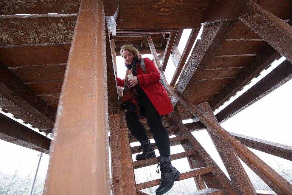 Dřevěná rozhledna poblíž Tašova je připravena ke kolaudaci. Celou konstrukci vyrobil tesař Martin Andráš ze Žitenic