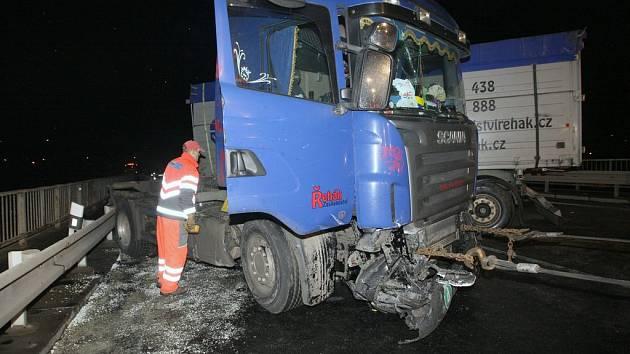 Kamion s řepkou zablokoval hlavní silniční tah z Ústí nad Labem na Děčín.