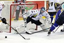 Ústečtí hokejisté (modro-žlutí) porazili Kadaň 6:3.