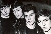 Pete Best (bicí) druhý zprava, první zprava George Harrison (kytara, zpěv), zleva: Paul McCartney (zpěv, baskytara) a John Lennon (kytara), zpěv).