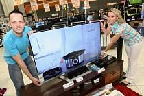 Ústečanka Veronika Bergerová se svým přítelem Lukášem Kutílkem vyhráli v soutěži Deníku a hypermarketu Globus televizor LG s úhlopříčkou 140 cm v ceně 37 tisíc Kč.