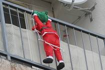 Visí nebo šplhá tenhle Santa Claus na balkoně paneláku? V čase adventu a Vánoc nejsou takové obrázky na českých sídlištích výjimkou. Dovedete si však v této pozici představit Ježíška?