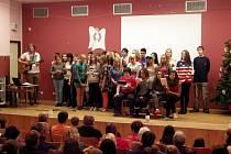 K hlavní akci, která proběhla v ústeckém šikmém kostele, kam přišlo na šest stovek lidí, se přidali i školáci ze ZŠ Vojnovičova.