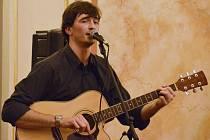 Harmonikář Petr Lüftner netypicky s kytarou.
