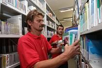 Aby záruční oprava mohla začít, muselo se v těchto dnech z volného výběru knihovny vystěhovat celkem 90 tisíc knih.