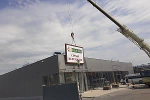 Čtenář nafotil instalaci poutače nové restaurace vedle OBI