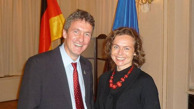 Blanka Mouralová s Peterem Baumannem z Nadace Brücke/Most při předávání umělecké ceny Česko–německého porozumění.