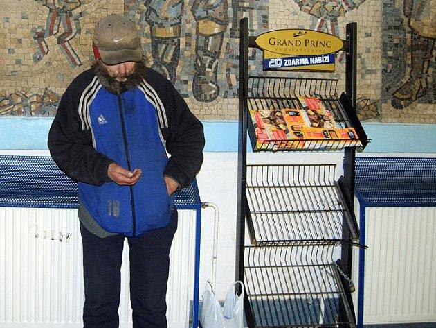 Bezdomovec Honza. Jeden ze slušnějších obyvatel ústeckých ulic. Často tráví čas i na nádraží.