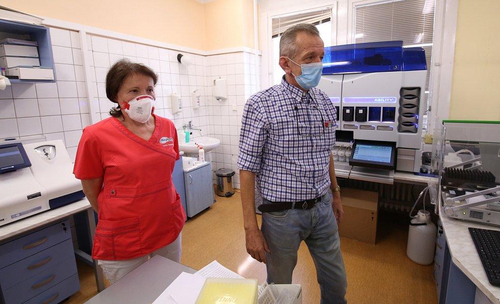 Laboratoř na ústeckém Střekově. Vedoucí lékařka klinické mikrobiologie Olga Simkovičová a vedoucí úseku imunochemie Josef Ondřej