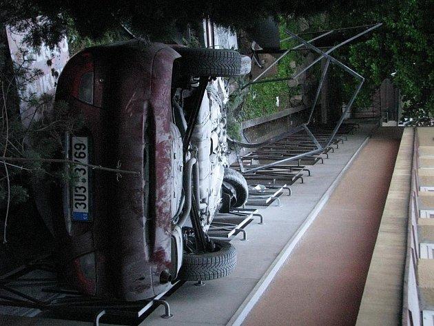 Nehoda osobního automobilu u polikliniky na Masarykově třídě.
