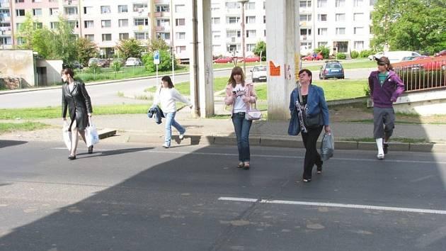 Ulice Lipová, Ústí nad Labem: Lidé u autobusové zastávky MHD často přebíhají přes silnici místo toho, aby použili nadchod.
