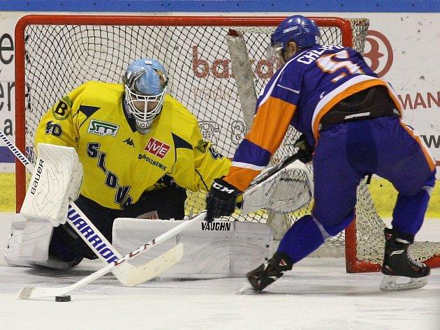 Ústečtí hokejisté (žlutí) zvítězili v derby na ledě Litoměřic 6:5 po nájezdech.