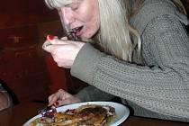 Návštěvnice restaurace Sport Pub Zlatopramen si Kachnu s červeným zelím nemohla vynachválit.
