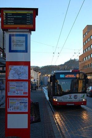 Inteligentní zastávky selektronickými informačními tabulemi vtěchto dnech testuje Dopravní podnik města Ústí nad Labem.