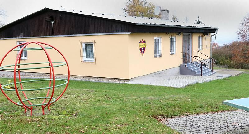 Fotbalové hřiště v Hostovicích je kuriózní sklonem v podélném i příčném směru. Kabiny - klubovna