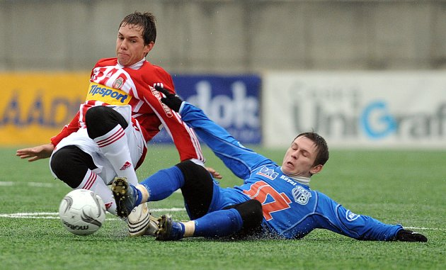 V boji o postup do semifinále Tipsport ligy podlehli fotbalisté Ústí Žižkovu 1:3. Na snímku v souboji o míč ústecký Rudnytskyy (vpravo) a Koukal.