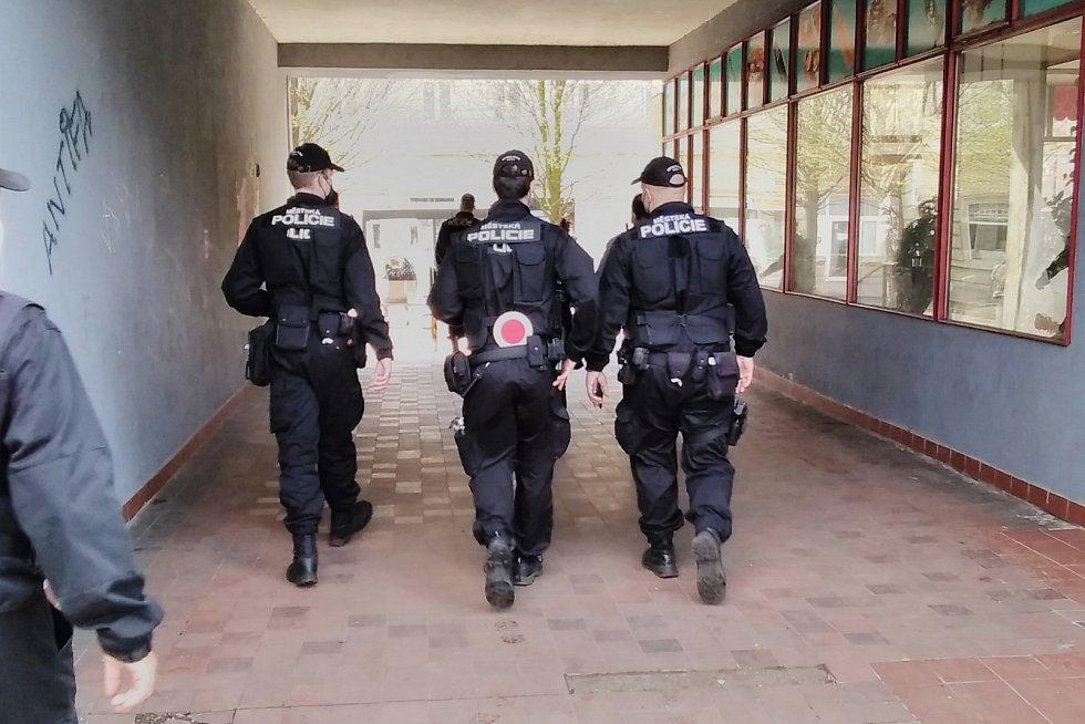 Ústečtí strážníci při kontrolách v ulicích