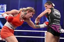 Boxerka Lucie Sedláčková (vpravo) porazila Polku Kopinskou na body.