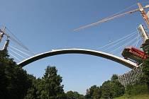 Unikátní most, který je v Evropě pouze jeden, se staví současně s výstavbou dálnice D8 přes České středohoří.