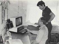 Na snímku je první počítač ve škole, fotografie je z roku 1984.