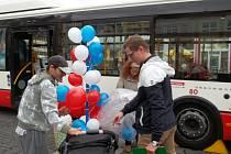 Mluvčí Luboš Heřman (vlevo) zájemce informoval o výhodách cestování s MHD.