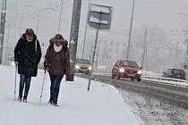 Ve čtvrtek 20. prosince způsobilo ranní silné sněžení v Ústí dopravní kalamitu. Řidiči trolejbusů MHD na Severní terase odmítali jet směrem do města.