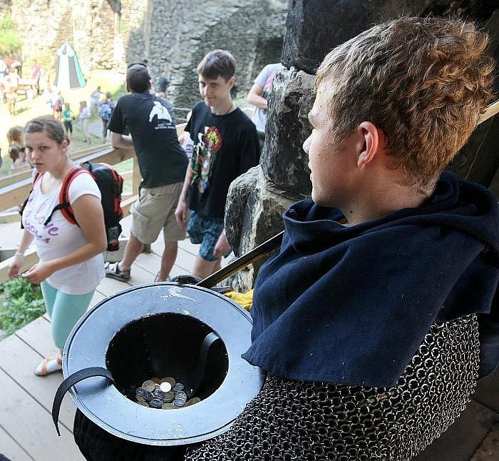 Zatímco na Hradě Houska vládnou údajně temné síly, Bezděz je prý pozitivní. Navzdory tomu, že ve zdejších zdech je dosud slyšet pláč malého Václava, syna Přemysla Otakara II. Ten tu byl vězněn Branibory i s matkou, královnou Kunhutou.