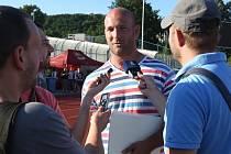 Ředitel Grand Prix Ústí Miroslav Vachuta poskytuje rozhovor novinářům.