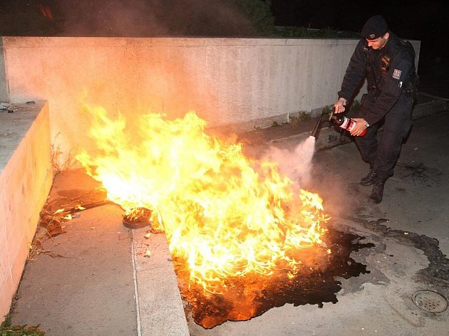 Fotoreportér Deníku Jan Vraný byl na noční hlídce s mosteckými policisty.