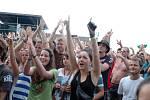Pestrá hudba z ČR i ciziny, defilé plavek a dívčích těl uvnitř, reklamy všude útočí. I to byl hudební Open Air Rock for People 2012.