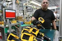 Upravená výrobní linka z Číny se přesunula do Trmic. Vyrábí se zde aku vrtačka DeWALT Zodiac Compact Drill.