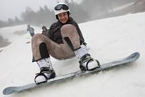 Ačkoli na Telnici prší a prudce taje sníh, studenti ústecké obchodní akademie se na posledních zbytcích sněhu v úterý učili ovládat lyže a snowboardy.