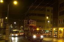 Pracovníci dopravního podniku opakovaně vyjížděli k opravě výhybky u Divadla. Trolejbusím mířícím na Střekov se tady rozjížděly sběrače, nafoceno 3. ledna 2014 večer.