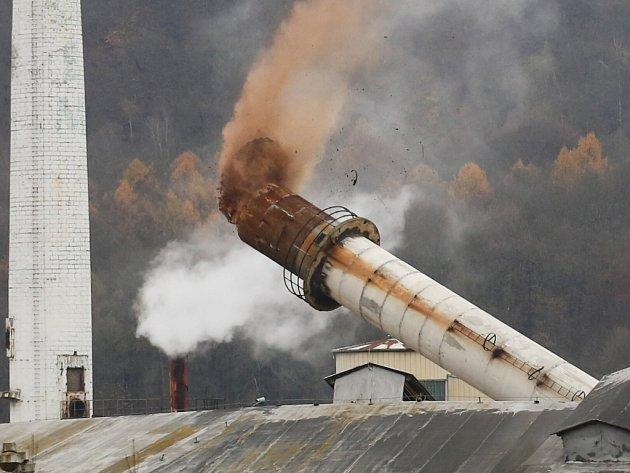 Pyrotechnici odstřelili šedesát metrů vysoký komín v průmyslovém areálu Tonasa.