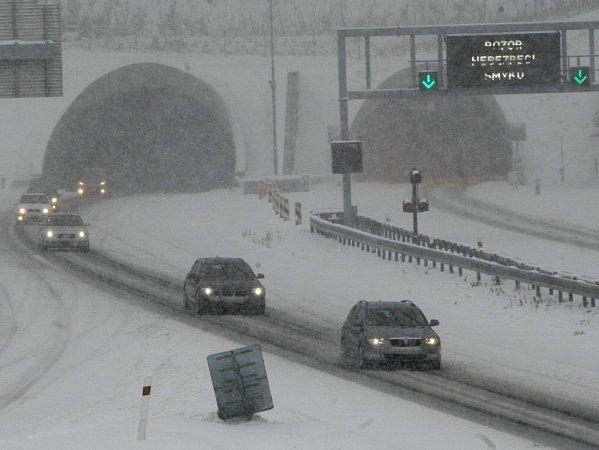 Německá policie požádala kvůli nehodám ouzavření dálnice D8. Ve směru na Německo průjezdná zůstala.