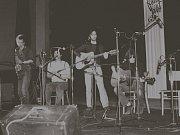 TRIO na fotografii z roku 1982. Jiří Vondrák vpravo s kytarou.