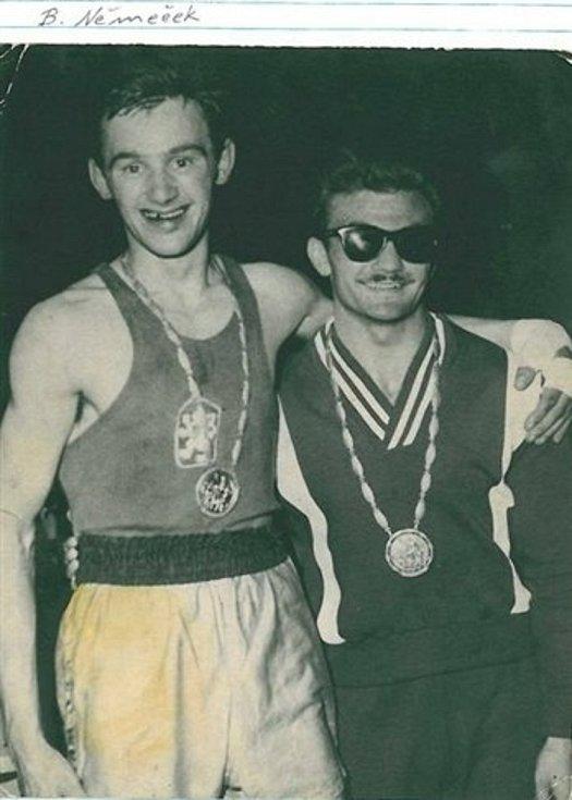 Bohumil Němeček (vlevo) se zlatou medailí na krku.