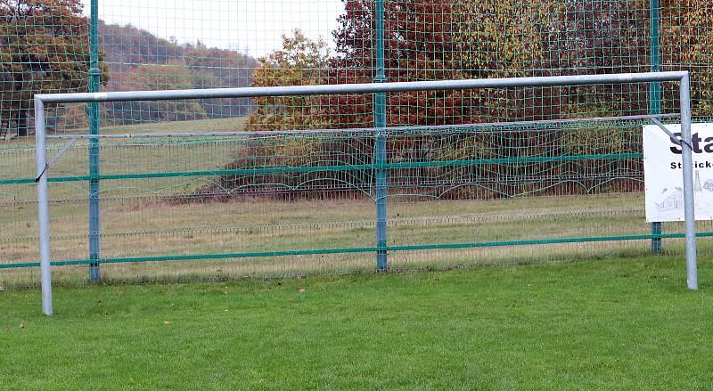 Fotbalové hřiště v Hostovicích je kuriózní sklonem v podélném i příčném směru. Horní branka