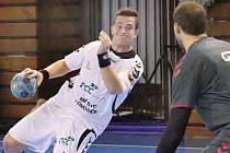 Vedoucí mužstvo 2. ligy HK Lovosice (bílé dresy) bylo nad síly domácí Chemičky Ústí (šedé dresy), hosté zvítězili 30:20