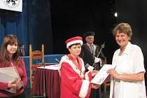 V severočeském divadle opery a baletu promovali studenti univerzity třetího věku.