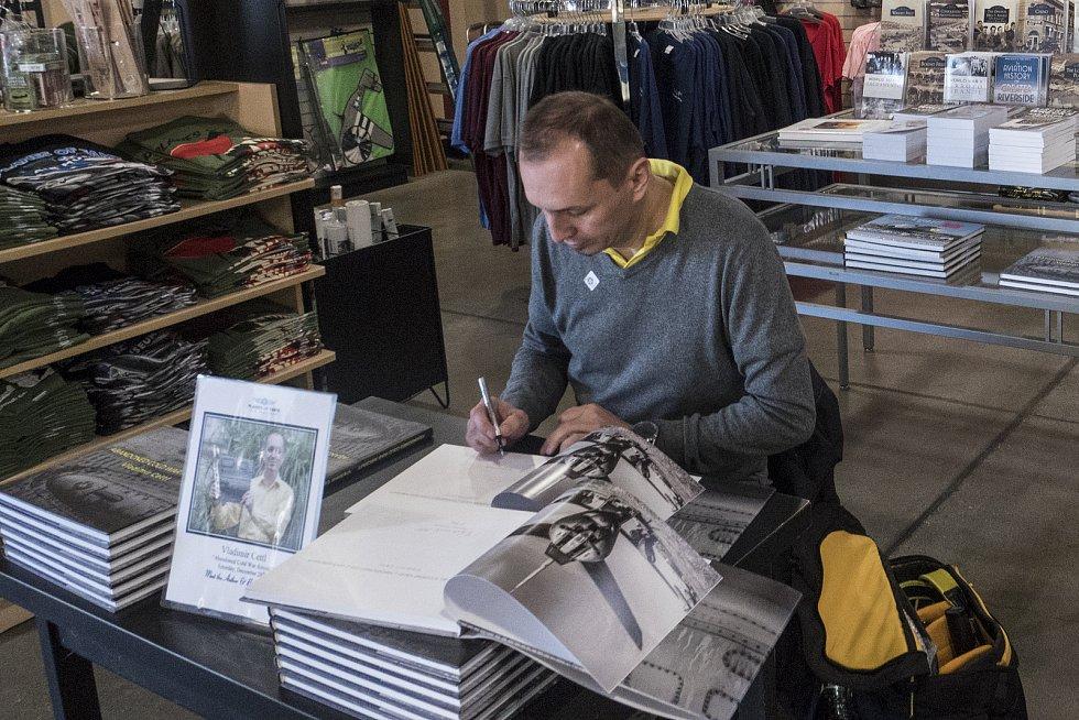 Snímky vraků automobilů a letadel od ústeckého fotografa Vladimíra Cettla obletěly svět. Na přelomu roku měl autogramiádu v Los Angeles a v únoru vystavoval v Paříži na autosalonu, který navštěvuje přes sto tisíc lidí.