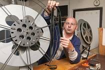 V modrém plášti jsem v jirkovském kině připravoval film Ještě větší blbec, než jsme doufali. Slepení dvou konců filmů je hračka jen zdánlivá, jde o precizní a náročný úkon.