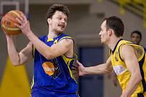 Kapitán ústeckých basketbalistů Vladimír Hejl (vlevo).