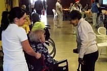 Obyvatelé domova pro seniory Na vyhlídce si v předvánoční čas dopřáli jarmark.
