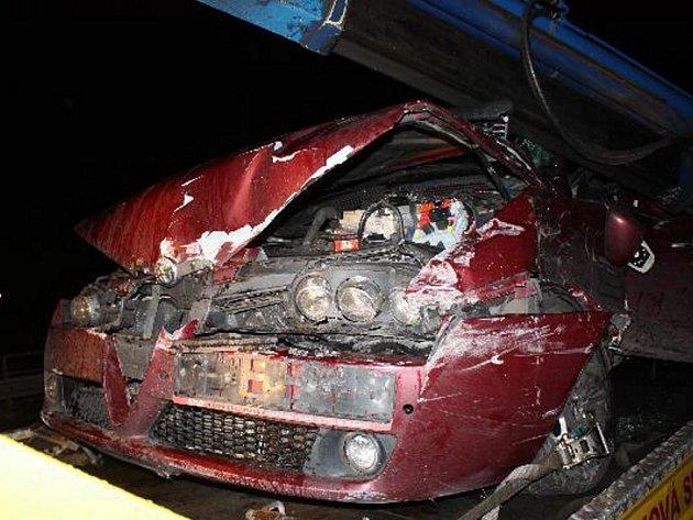 Řidič osobního vozu najel do pravého jízdního pruhu a nedal přednost v jízdě nákladnímu tahači.