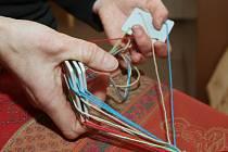 Předtkalcovskou techniku tkaní předvedla na čtyřech karetkách, což je nejjednodušší způsob, Pavlína Gutová přímo v expozici výstavy Po stopách starých Germánů v litoměřickém muzeu.