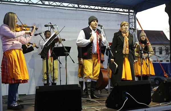 Krušnohorská dudácká muzika při adventním vystoupení ve Štětí.