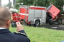 Cestou k požáru skončilo na bukovském rondelu jedno z hasičských aut na boku.