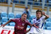 Kladenský fotbalista Vít Beneš skončil po souboji s Peterem Černákem v nemocnici.
